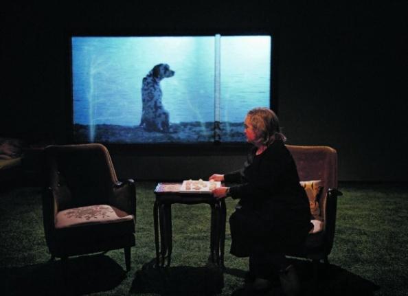 Anne Marit Jacobsen spiller Mathea i Jo fortere jeg går, jo mindre er jeg på Nationaltheatret. Foto: LP Lorentz